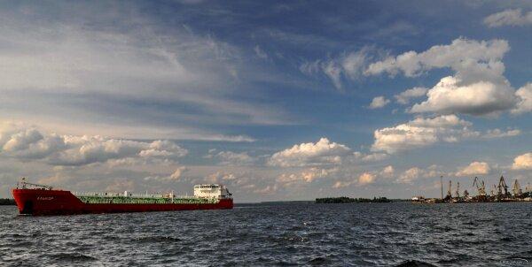 На рейде в грузовом порту Запорожья