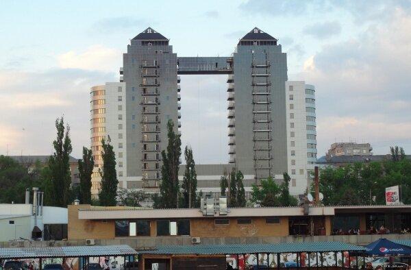 Вид с Набережной на отель «Шератон», май 2011 года