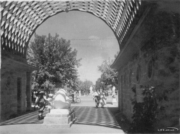Улица Энтузиастов (проспект Металлургов). Знаменитые туалеты на перекрёстке с пр. Ленина. Примерно конец 40-х - начало 50-х.