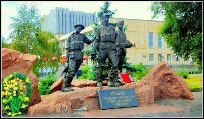 Памятник воинам погибшим в Афганистане и локальных войнах за рубежом. Памятник в парке бульвара Шевченко.