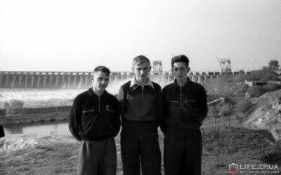 Коллективная фотография на фоне плотины (1956 год)