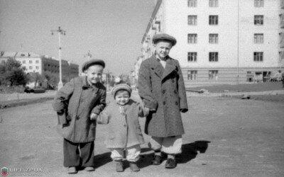 Слева на фото сейчас находится дом №143 по пр.Ленина. Дальше кинотеатр имени Довженко. Осень 1960 года.