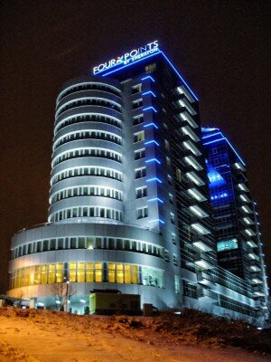 Прекрасный отель «Four Points» ночью