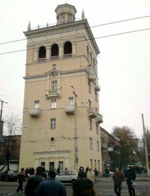 «Пизанская башня» Запорожья датирована 1938 годом. До войны это было высотное здание, венчавшее архитектурный комплекс «Город солнца».