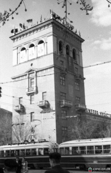 Архитекторы здания удостоены Гран-При на парижской архитектурной выставке 1938 года. Фотография 1956 года.
