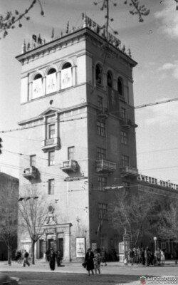 """""""Пизанская башня"""". До войны это было высотное здание, венчавшее архитектурный комплекс """"Город солнца"""". Фото 1956 года."""