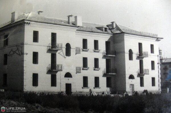 Дом в стадии строительства по ул. Панфиловцев 10. Раньше назывался «преподавательский дом». Фото 50-х годов.