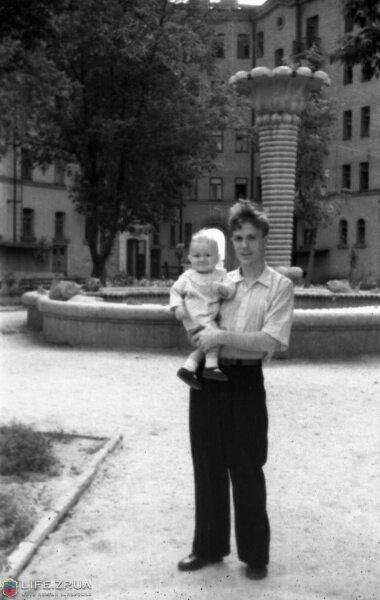 Фонтан во дворе на углу пр.Ленина и ул.Верхней, лето 1953 года