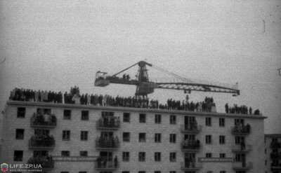 Зрители на крыше дома №139 по пр.Ленина