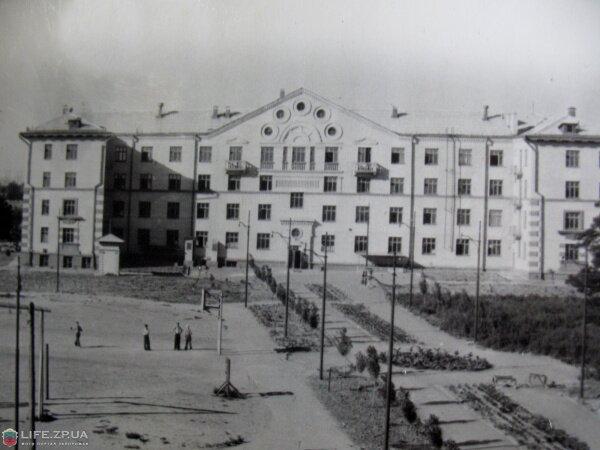 Общежитие Запорожского Индустриального техникума и его внутренний двор,приблизительно 1953-1956 года.