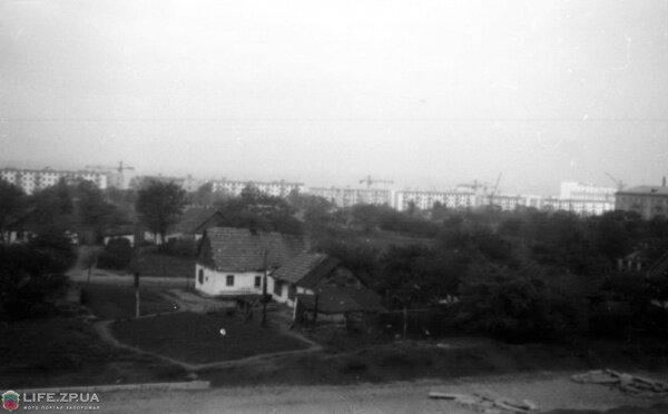 Май 1961 года. На переднем плане проезжая часть пр.Ленина. Вдали ул.Патриотическая, справа 77 завод, жилой дом по ул.Правды, 49. Еще нет магазина «Жовтень», «Пионер», кафе «Весна».