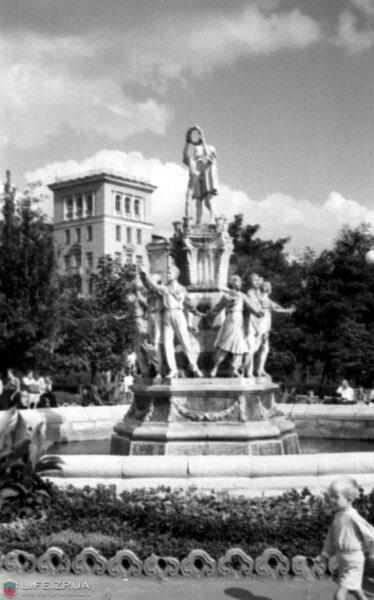 Фонтан «Дружбы народов» в сквере Пионеров, 1956 год