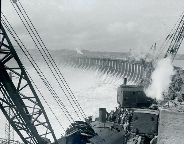 Дизельные экскаваторы на строительстве Днепрогэса, фото из музея энергии, архив РГАКФД.
