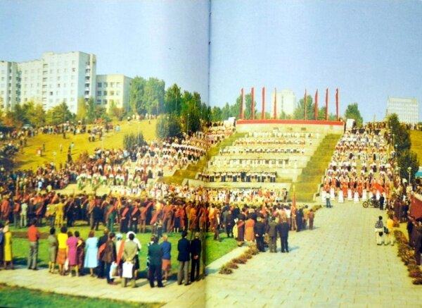 Осень 82-го Запорожье выглядит празднично. 7 октября – День Конституции. 7 ноября – 65-я годовщина Октябрьской революции. Плюс еще и канун 60-летнего юбилея страны.