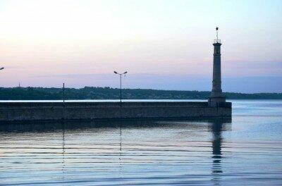 Вечереет... Маяк в порту имени Ленина.