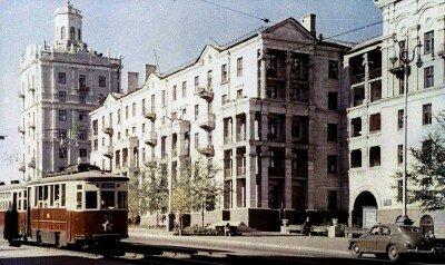 Старый трамвайчик неспешно бежит по проспекту Ленина