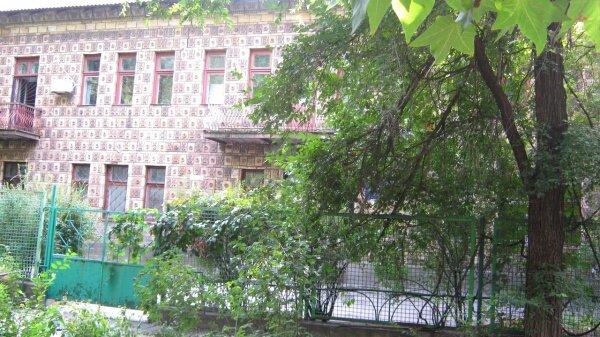 Пряничный домик- так назывался этот детский сад, из-за интересной облицовочной плитки, которой обложено здание. Теперь это детский диспансер возле 3-й больницы на Металлургов.