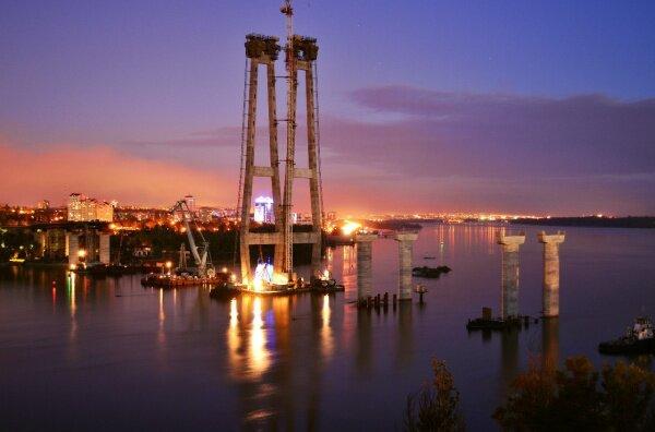 Ночная фотография строительства новых мостов в Запорожье