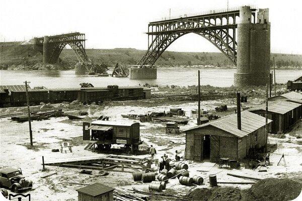 Железный мост Стрелецкого через Новый Днепр после взрыва в 1941 году