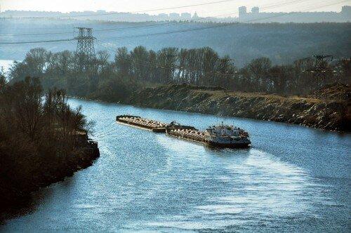 Груженая баржа на реке Днепр в Запорожье. 23 ноября 2014 года.