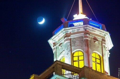 Башня вечернего проспекта и Луна. Вечер 24 марта 2015 года.