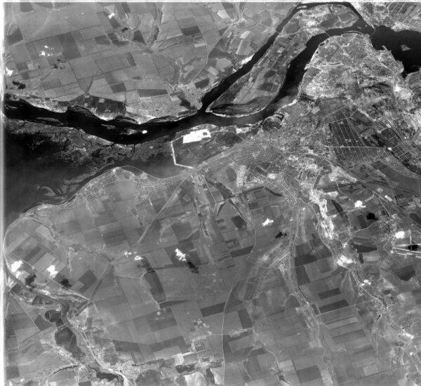 Снимок охватывает Запорожье и пригороды. Фото было сделано 31 мая 1965 года.