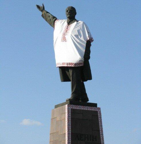 Памятник Владимиру Ленину, который переодели в вышиванку