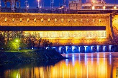 Машинный зал ДнепроГЭС-1 с красочной ночной подсветкой