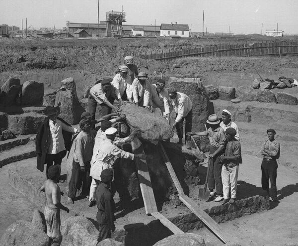 """На фото 1928 года - разборка """"каменного ящика"""" (гробницы) под раскопанным курганом III-II тыс. до н.э. в Кичкасе."""