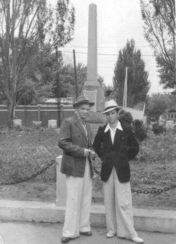 Обелиск на пл.Свободы в начале 60-х годов. Справа в кадр попал трамвай, идущий в речной вокзал.