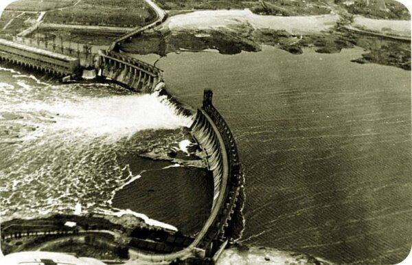 Плотина ДнепроГЭС после взрыва в 1941 году. Длина пролома - 175,5 м.