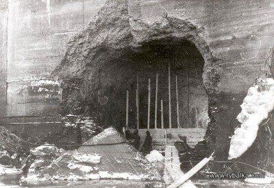 На фото, предположительно, последующая заделка отверстия (для спуска воды) в плотине ДнепроГЭС.