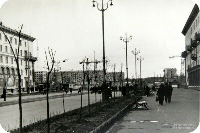 Район будущего универмага «Україна». На его месте еще белеет старая хата с. Вознесенки. Конец 50-х.
