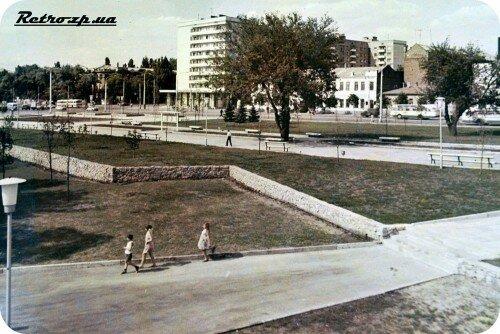 На фотографии  территория до появления памятника Ф.Дзержинскому (его установили в 1977 году).