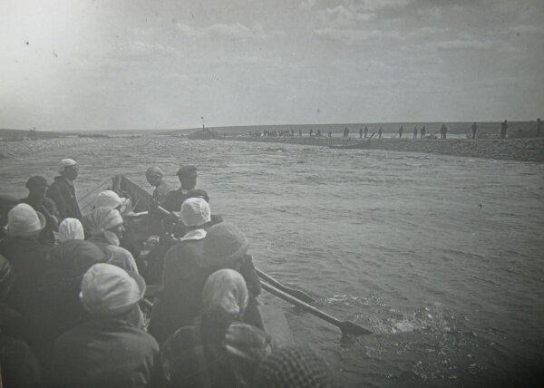 Туристы проплывающие по каналу мимо Ненасытецкого порога
