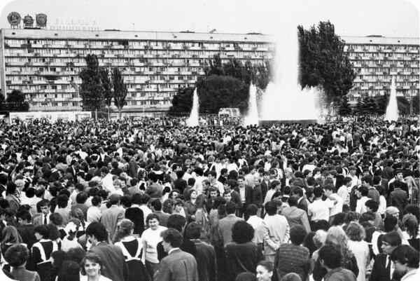 У фонтана на пл. Фестивальной. Предположительно, на его открытии - 1 мая 1986 года.