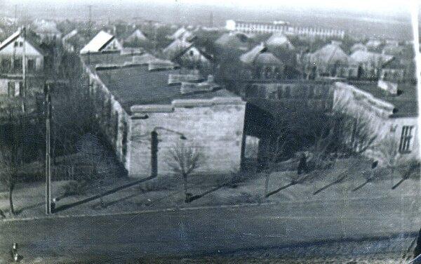 """Вид на ул.Демократическую и 54-ю школу (вдалеке справа) из окна """"хрущёвки"""", 1970 год"""