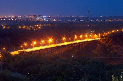 Вид с высоты на вечерний арочный мост