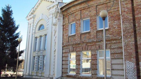 ДК ЗАЗ. Слева - часть здания, выходящая на проспект, справа - почти первозданное состояние (не считая окон)