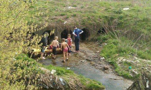 Дети купаются в помойном стоке - Калантыровка