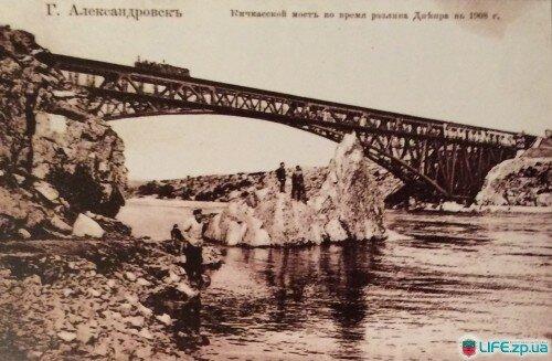 Кичкасский мост во время разлива Днепра