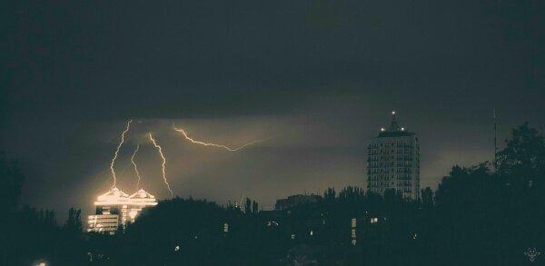 Молния над зданием