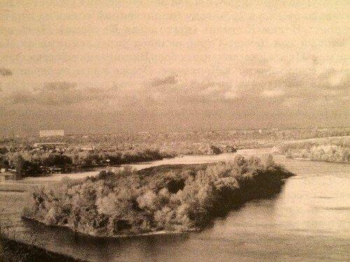 С возвышенного правого берега Днепра эта островная земля вся, как на ладони
