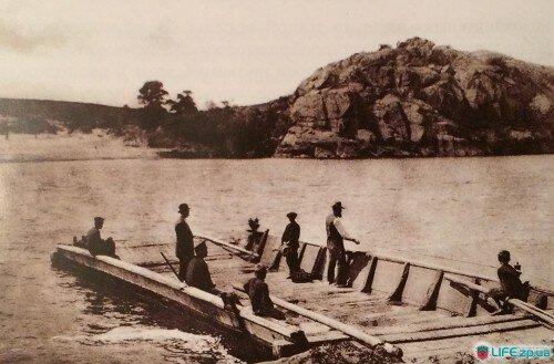 Перевоз через Старый Днепр, напротив - скала Рогозы.