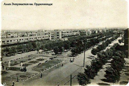 Так выглядел современный проспект Металлургов в 30-х годах. На территории площадки, слева внизу снимка, сегодня располагается МакДональдс.