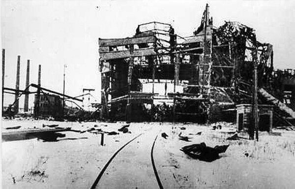 Разрушенный немецко-фашистскими оккупантами один из цехов комбината. Дата съемки декабрь 1943 года.
