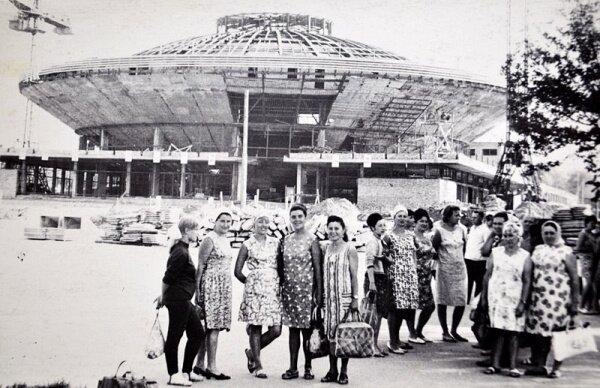 Из семейного архива Оксаны Миргородской. На заднем плане строится запорожский цирк.