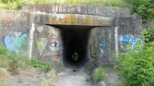 Пожалуй, самый опасный тоннель нашего города. Представляет из себя ряд бетонных колец яйцевидной формы высотой около 3м.