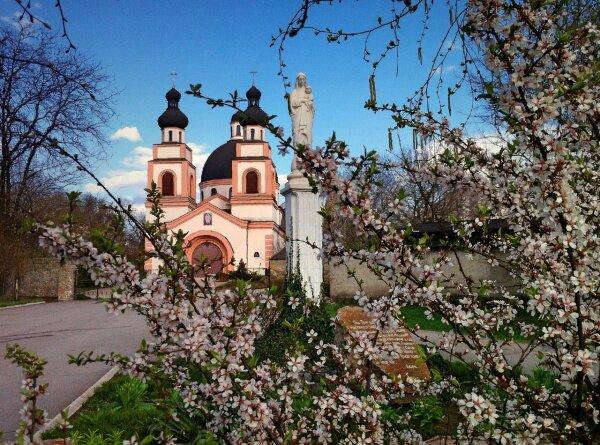 Весна у Католического собора Бога Отца Милосердного, 2015