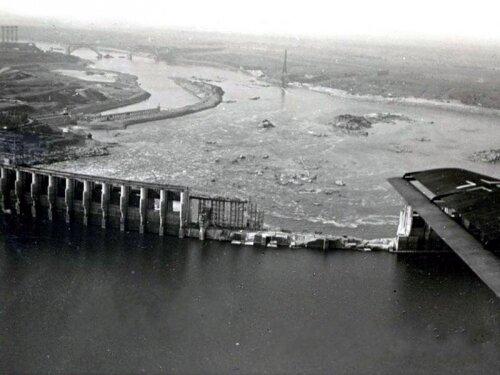 Взорванная плотина ДнепроГЭС с высоты